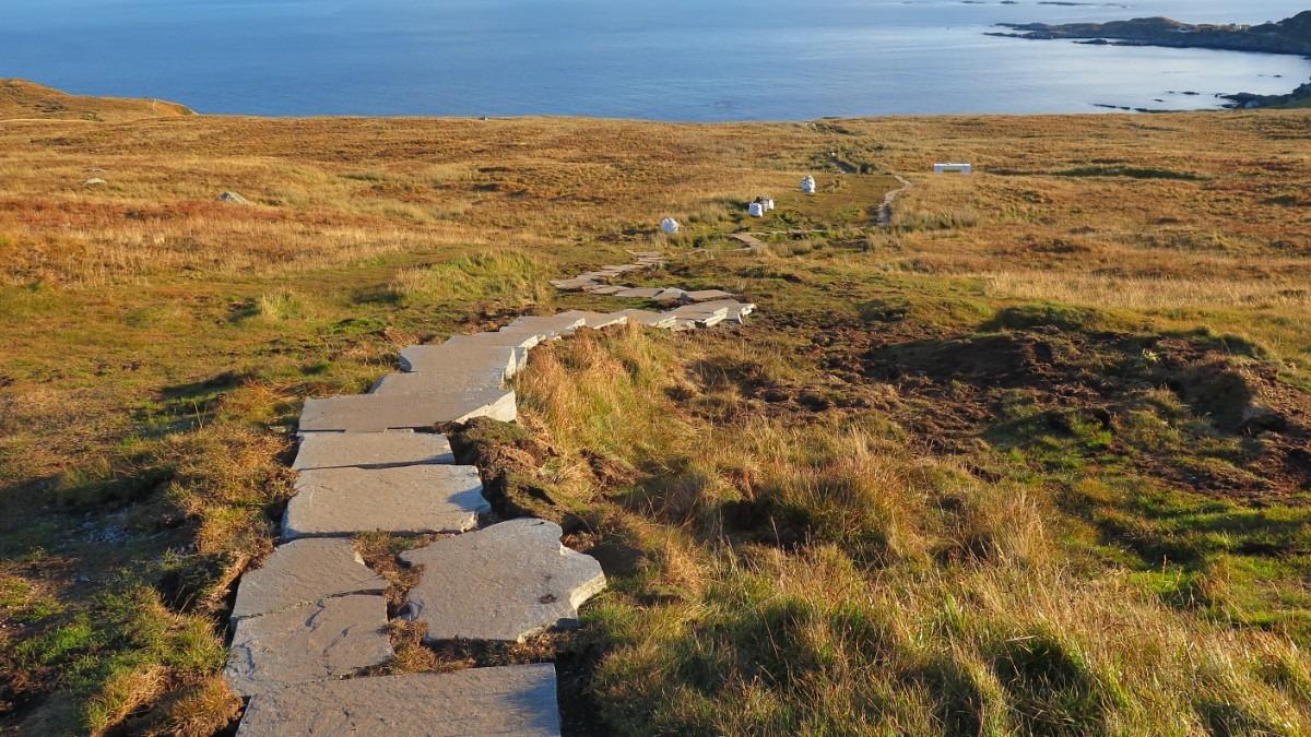 Runde – vil redusere slitasje med nye stiar – NRK Møre og Romsdal