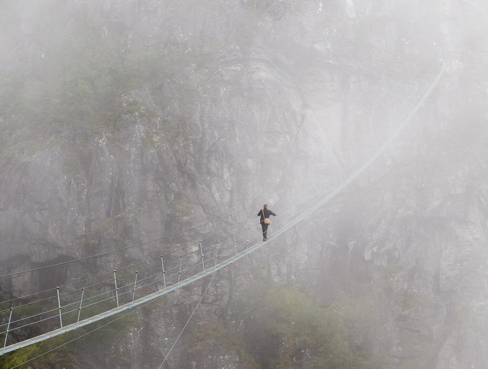 Her er dansken på vei ned klatreruten i småsko og uten sikring