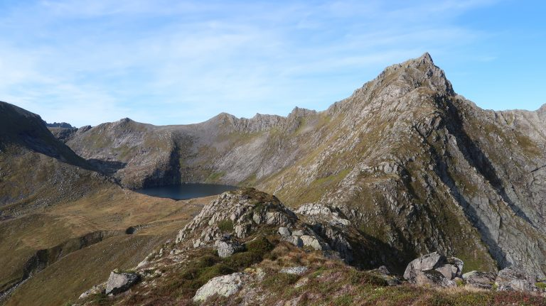Utsikt mot Fladalsvatnet og Langnestinden